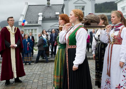 Studentersamfunnet i Bergen med avstøpningen av samfunnets høye beskytter, Hans Majestet Pinnsvinet.