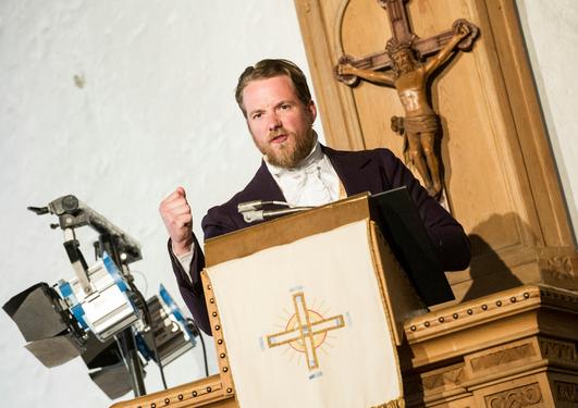På et festmøte i Korskirken den 14. mai dramatiserte vi hendelser fra det skjellsettende året 1814. Seks viktige taler, valgt ut av eksperter ved Universitetet i Bergen, ble fremført av skuespillere fra DNS. Senere ble det festmiddag på Grand.