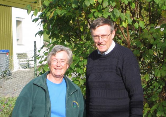 John og Hillary Birks hjemme i hagen i Bergen i 2002.