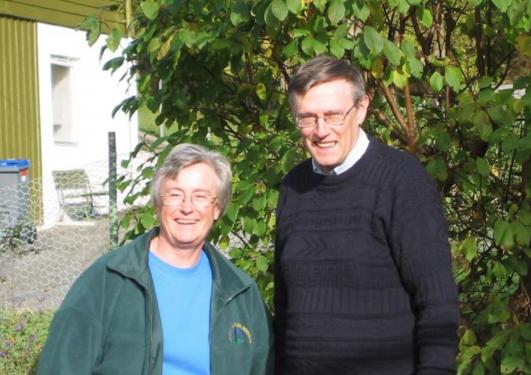 John og Hilary Birks in their garden in Bergen in 2002.