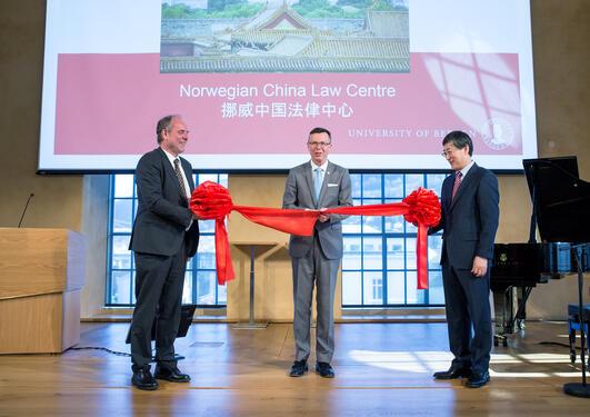 Snorklipp under åpningen av Norwegian China Law Centre 4. mai. (F.v.) dekan Asbjørn Strandbakken, UiB-rektor Dag Rune Olsen, og dekan ved Renmin University, Han Dayuan.