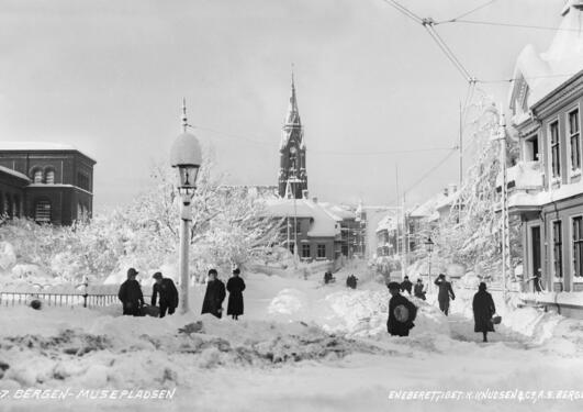 Muséplass dekket av snø