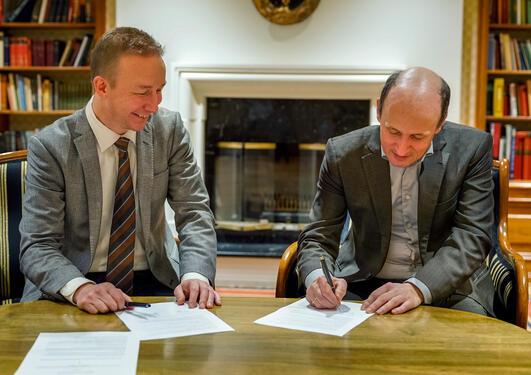 Bilde av signering av avtale på Solstrand