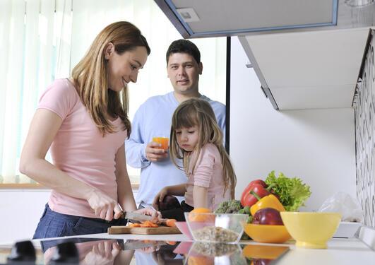 Familie på kjøkken