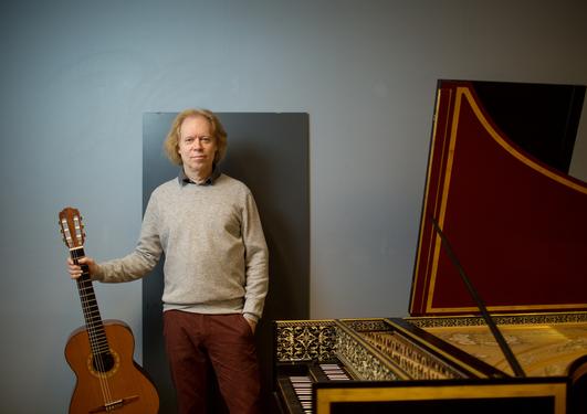 Gitarprofessor Stein-Erik Olsen med gitaren