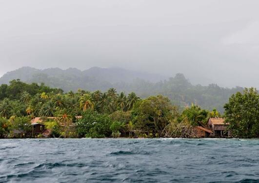 Stigende hav og sårbart landsbyliv, Solomon Islands. (redigert) foto av Edvard Hviding, 2010