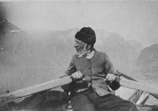 Stril som ror oselver i rettning Bergen