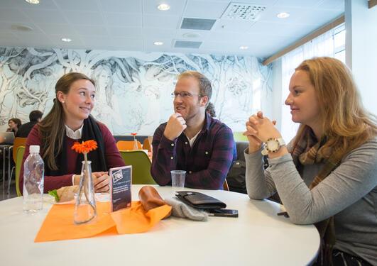 Tre studenter i kantina i Bjørn Christiansens hus
