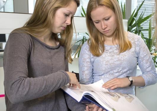 Studenter og bok
