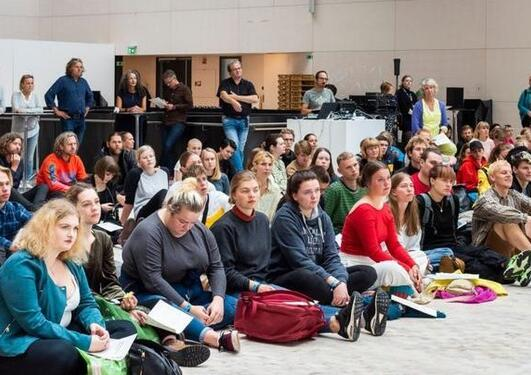 Nye studenter ved KMD samlet i Øvre Hall ved semesterstart 2019