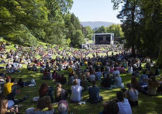 Studentene samlet seg i Nygårdsparken for å ta imot et nytt studieår i strålende sol.