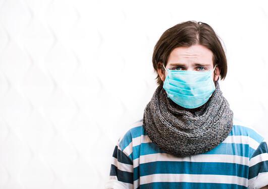 Syk mann med maske