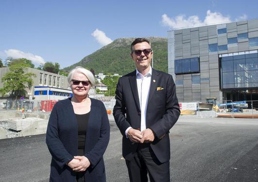 NYTT FAKULTET: Kongen i statsråd har vedtatt at Universitetet i Bergen og Kunst- og designhøgskolen slås sammen fra 2017. Her er rektor ved KHiB, Gerd Tinglum, og rektor ved UiB, Dag Rune Olsen, på tomten i Møllendal, der KHiB bygger nye lokaler.