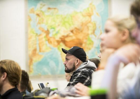 Student på Institutt for sammenliknende politikk ved Universitetet i Bergen (UiB) følger oppmerksomt med under en forelesning.