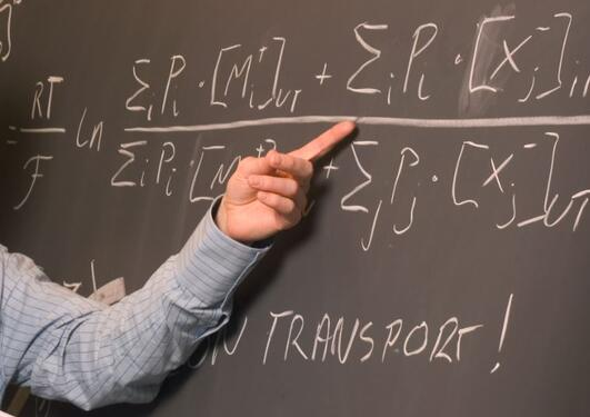 Lærer som peker mot tavlen
