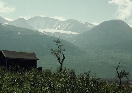 Bilde foran hytte i norsk natur