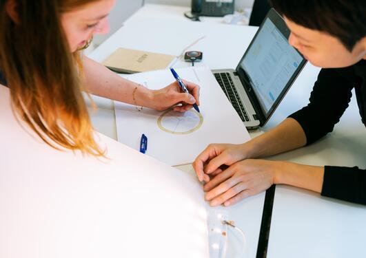 Fremtidens jobber blir en kombinasjon av realfag og grønn omstilling, spår forskerne.