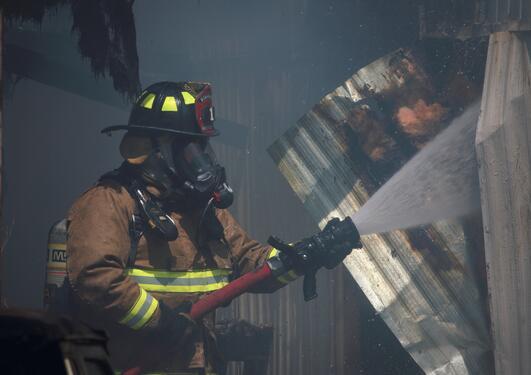 brannmann slukker brann