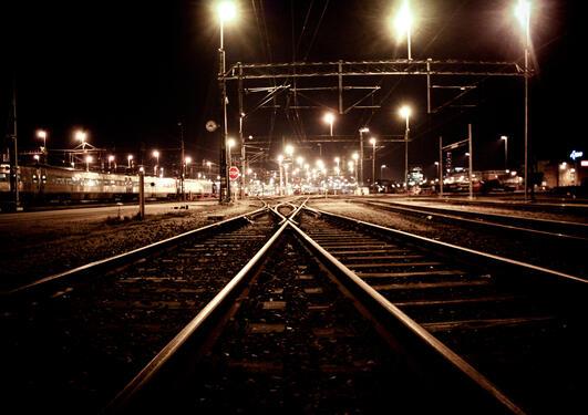 togskinner inn mot stasjonen om natten