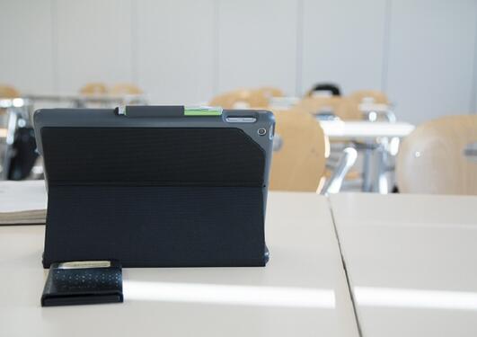 klasserom med tomme pulter