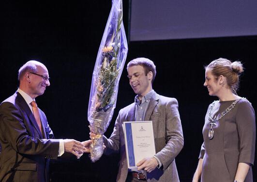 Torbjørn Østvik Pedersen fra Institutt for biomedisin/Institutt for klinisk odontologi får tildelt diplom og blomster i forbindelse med tildeling av Den norske tannlegeforeninges pris for odontologisk undervisning og forskning for 2013.