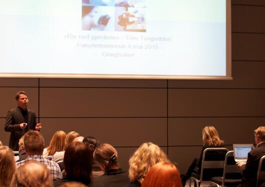 ass. universitetsdirektør Tore Tungodden holder en presentasjon foran en forsamling