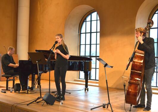 JAZZET JUL: Martin Vinje (til venstre), Amalie Holt Kleive og  Edvard Mjanger fra Griegakademiet bød på lekne og oppjazzete juleklassikere.
