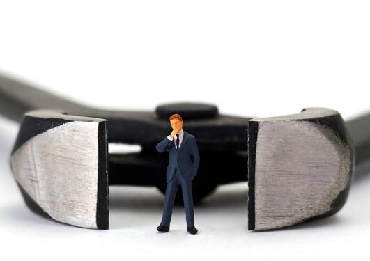 En mann som står inne i en knipetang