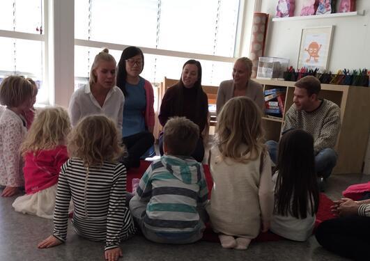 Ivrige studenter og barnehagebarn