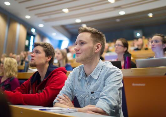 Studenter i en forelesningssal