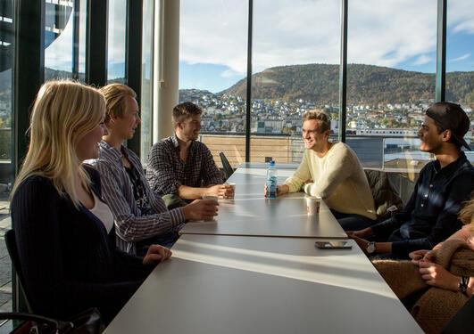 Seks studenter i en kantine