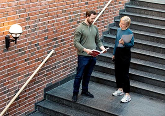 To studenter i trappen på Det juridiske fakultet