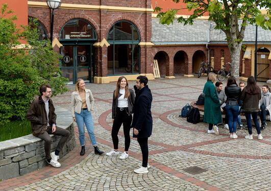 To grupper studenter står foran Dragefjellet skole