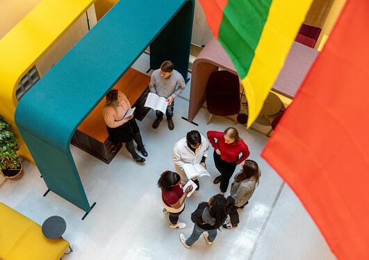 Samtale; diskusjon; studenter; gruppearbeid; samarbeid
