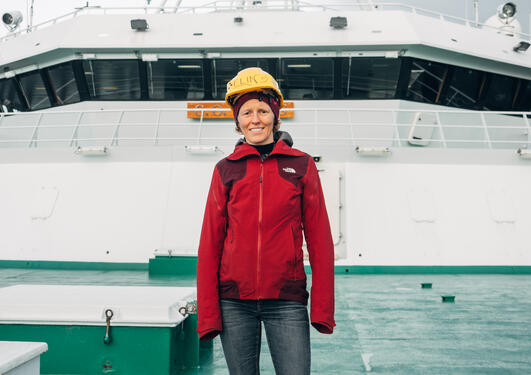 Elin Darelius med vernehjelm på forskningsbåten G.O. Sars