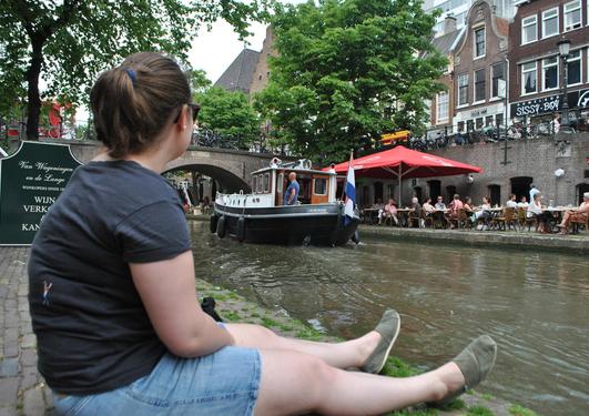 Student ved kanal i Amsterdam