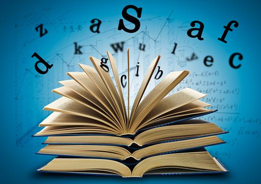 Bilde av liggende åpne bøker der bokstavene nærmest flyter opp fra øverste bok