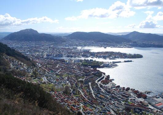 Utsikt over Bergen sentrum, Løvstakken i bakgrunnen.