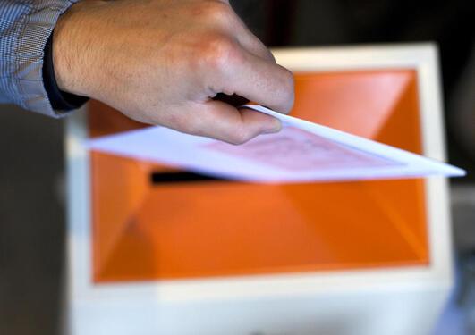Stemmegiving, hånd over valgurne