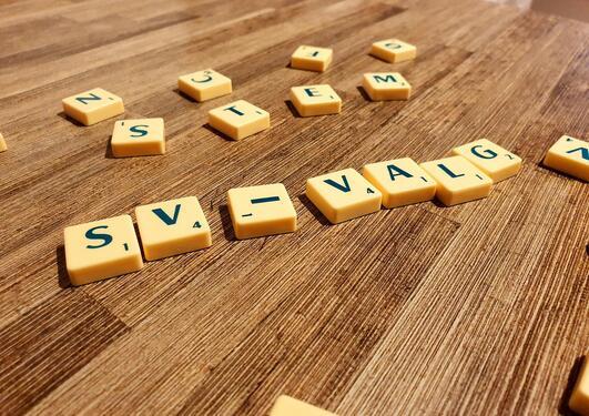 Bokstabrikker på et bord staver SV-valg