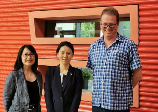 Xin Feng flankert av veiledere Xieqi Shi og Stein Atle Lie
