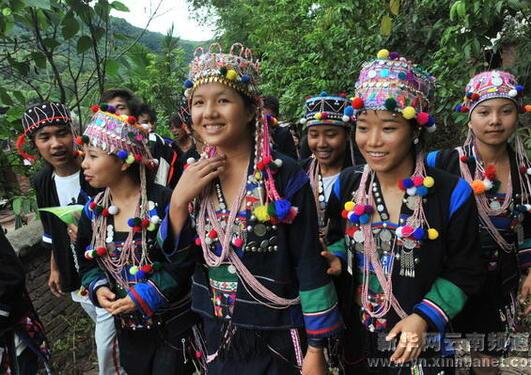 Bildet viser en gruppe unge kvinner i pyntede drakter