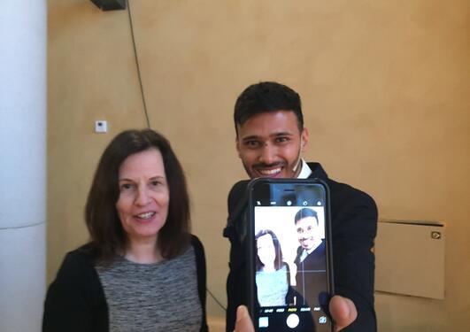 Den indiske selfiejournalisten Yusuf Omar og professor Astrid Gynnild fra Universitetet i Bergen under konferansen Mobil-spotting i mediene i Bergen 12. januar 2017.
