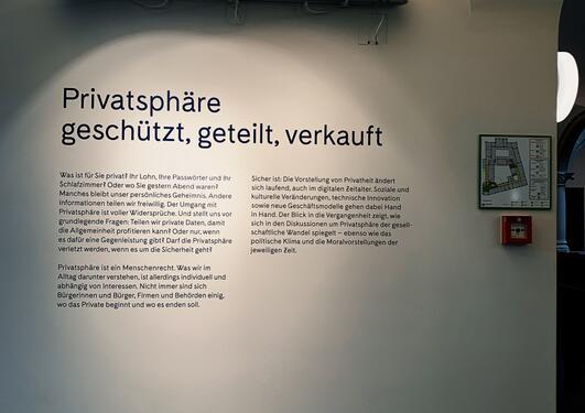 Ein kvit vegg med lys og tekst i svart