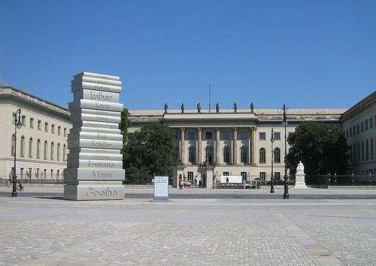 Tung akademisk tradisjon: Bokskulptur fra Humboldt-universitetet i Berlin