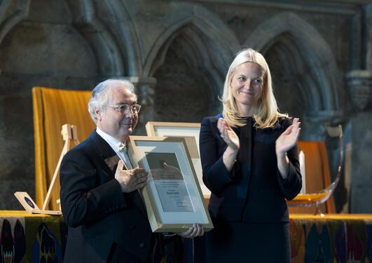 Manuel Castells mottar Holbergprisen av H.K.H. Kronprinsesse Mette-Marit