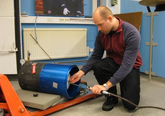 Vidar Hølland foretar trykktesting av vanntanken i NISSE.