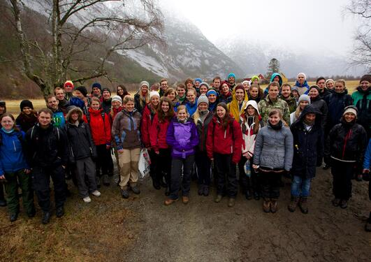 Gruppefoto av gjengen på naturgeografisk feltkurs våren 2013.