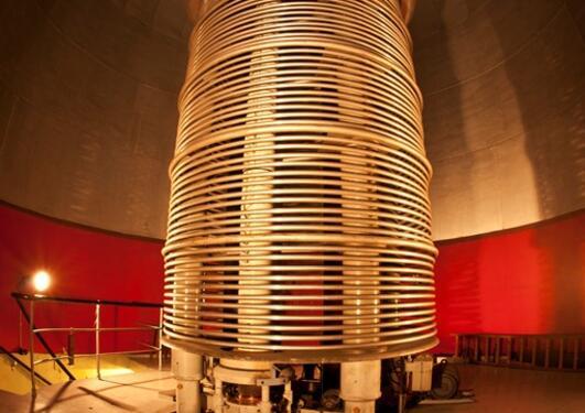 Van De Graaf-generatoren står som et tårn under kuppelen på kjernefysisk...