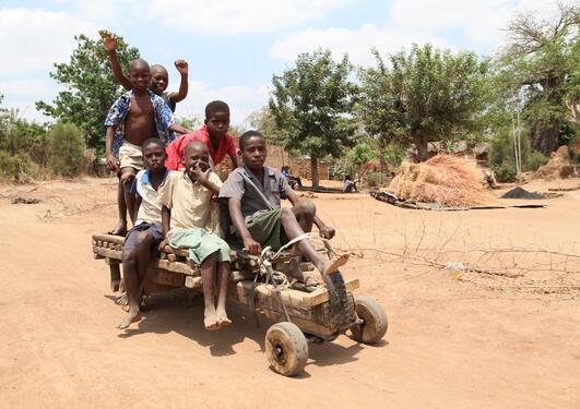 Bilder av lekende afrikanske barn. Picture of African children playing. NB!...